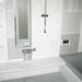 バスルームは白とグレーでシックな印象